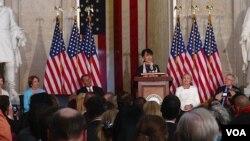 昂山素季星期三在国会山圆顶大厅接受国会金质奖章(图片来源:美国之音记者方方)