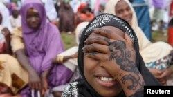 지난 2012년 10월 나이지리아 라고스에서 한 소녀가 이슬람 성월의 시작을 알리는 예식을 기다리며 얼굴을 가리고 있다. (자료사진)