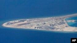 2017年4月21日,菲律賓空軍一架C-130運輸機在南中國海南沙群島中國人造渚碧礁上拍攝的照片,簡易機場,建築物。