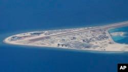 菲律賓空軍一架運輸機在南中國海南沙群島的中國製造的人造島礁渚碧礁上空飛越時拍攝的照片,顯示人造島礁上的簡易機場和建築物。(2017年4月21日)