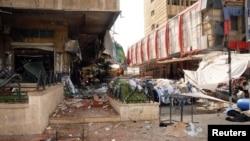 Bangunan yang rusak dan reruntuhan di sekitar ledakan bom di Aleppo, Suriah (3/10).