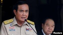 PM Thailand Prayuth Chan-ocha (kiri) memberikan keterangan pada sebuah konferensi pers di Bangkok (foto: dok).