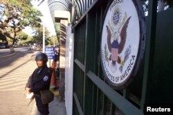 ARCHIVO - Un policía antidisturbios nicaragüense custodia el edificio de la embajada de los Estados Unidos en Managua, el 28 de febrero de 2003. REUTERS / Oswaldo Rivas