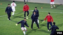 Timnas Korea Utara pada saat melakukan latihan dalam turnamen Piala Dunia 2010 di Afrika Selatan.