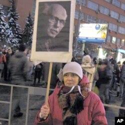 在12月24日莫斯科示威中手举萨哈罗夫像的伊连娜