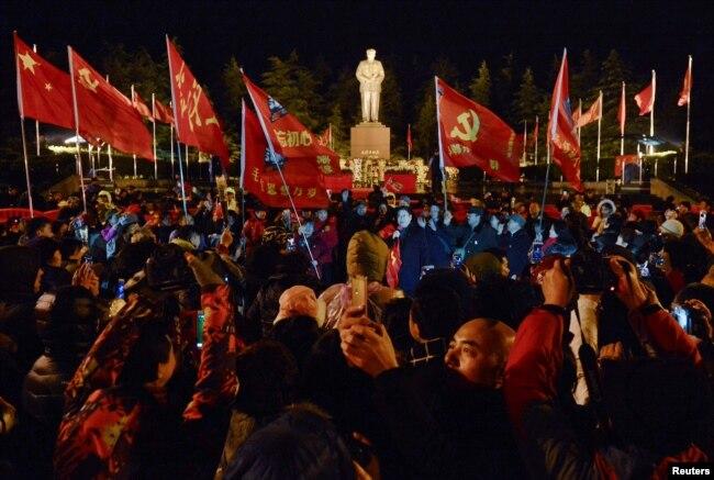 中国民众汇集在湖南韶山毛泽东故居庆祝这位前领导人诞辰123周年。 (2016年12月25日)