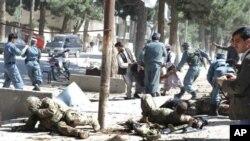 Serangan bom bunuh diri di taman kota Maimanah, sebelah utara Kabul, menewaskan sedikitnya 13 orang termasuk 3 tentara NATO (4/4).