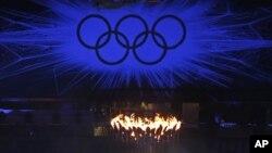 La llama olímpica arde con el fondo de los aros olimpicos durante la ceremonia de clausura de los Juegos Olímpicos de Londres 2012.