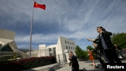 Miembros de la Coalición de Defensa Cristiana participan en una vigilia en las afueras de la embajada de China en Washington, para orar por el disidente chino Chen Guangcheng.