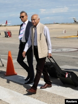 FILE - India's Minister of State for External Affairs M.J. Akbar (front) arrives in Venezuela's Caribbean island of Margarita for the 17th Non-Aligned Summit in Venezuela Sept. 14, 2016. (Miraflores Palace via Reuters)