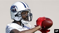 Tennessee Titans wide receiver Randy Moss catches a pass during practice on Wednesday, Nov. 10, 2010, in Nashville, Tenn.