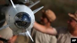 Inspection des missiles russe à la base aérienne de Hmeimim en Syrie
