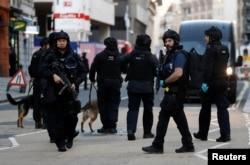 英国警察在伦敦桥发生枪击事件后在伦敦桥附近巡逻。(2019年11月29日)