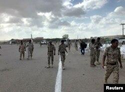 رواں برس کے آغاز میں باغیوں نے یمن میں فوجی پریڈ پر حملہ کیا تھا — فائل فوٹو