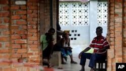 Des personnes soupçonnées d'avoir le virus Ebola attendent dans un centre de traitement à Bikoro, en République démocratique du Congo, le 13 mai 2018.