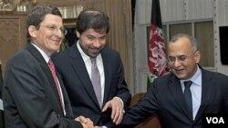 Dari kiri: utusan AS Marc Grossman, Wakil Menlu Afghanistan Jaweed Ludin, dan Menlu Pakistan Salman Bashir dalam konferensi pers bersama di Islamabad (3/5).