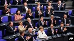 La canciller alemana, Angela Merkel, (centro) recibe el aplauso tras ser elegida para un cuarto mandato el miércoles, 14 de marzo de 2018, en el parlamento en Berlín.