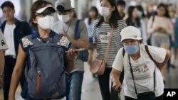 Người Hàn Quốc mang khẩu trang để tránh lây nhiễm MERS tại một ga tàu điện ngầm ở Seoul.