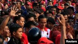 2014年3月28日印尼民主奋斗党运动的支持者包围雅加达省长总统候选人佐科威
