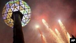 Kembang api yang menghiasi perayaan Tahun Baru di Times Square, New York. (Foto: Dok)
