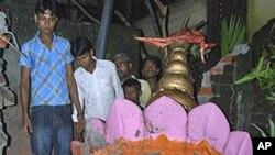 18일 지진으로 인하여 무너진 힌두사원 탑