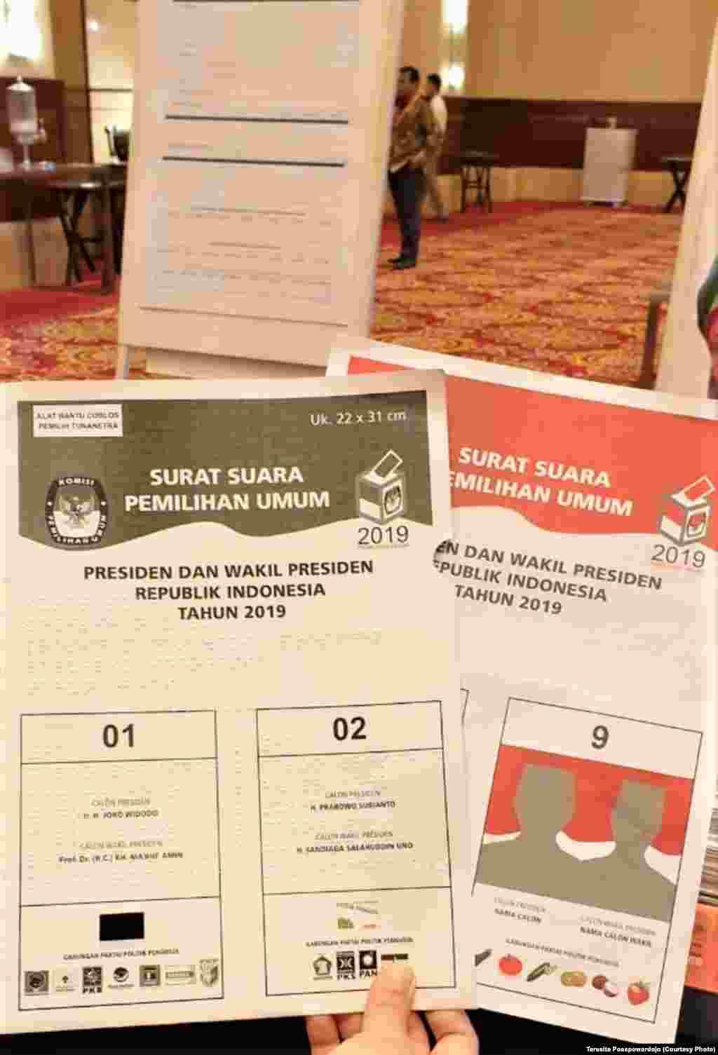 Surat suara Braille untuk pemilih tuna netra dalam taklimat yang digelar oleh Komisi Pemilihan Umum untuk para pemantau pemilu, di Jakarta, 16 April 2019. (Foto: Teresita Poespowardojo)