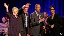 Từ trái, bà Hillary Clinton, Thượng nghị sĩ Bernie Sanders, cựu Thống đốc Martin O'Malley và phóng viên Rachel Maddow tại Đại học Winthrop ở Rock Hill, 6/11/2015.