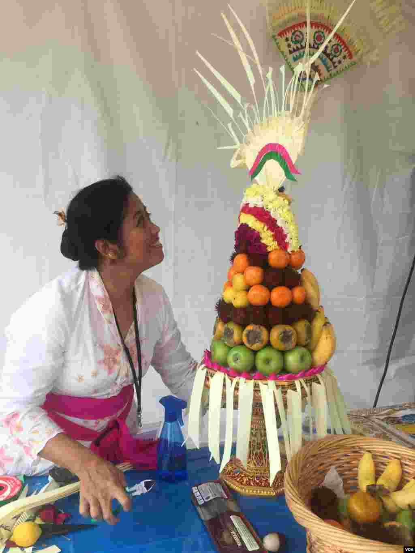 Демонстрация композиции из фруктов в палатке ремесел (Фото: K. Iyer/VOA)