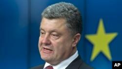 Presiden Ukraina Petro Poroshenko dalam konferensi pers di Brussels (27/6). (AP/Michel Euler)