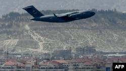 ABŞ Hərbi Hava Qüvvələrinə məxsus təyyarə Kabildəkı hava limanından havaya qalır