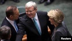 Thủ tướng Australia Kevin Rudd bắt tay các thành viên của phe đối lập tại Quốc hội, ngày 27/6/2013.