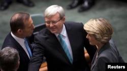 澳大利亚总理陆克文(中)6月27日在堪培拉与反对派领导人握手