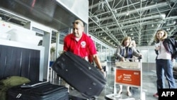 Công dân Mỹ chuẩn bị di tản tại sân bay Cairo, Ai Cập, 2/2/2011