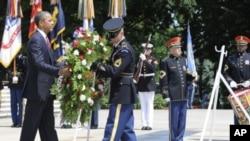 奧巴馬總統星期一到無名英雄紀念碑獻花