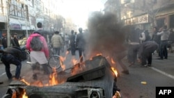 Một số người biểu tình ở quảng trường Tehran, hô khẩu hiệu 'đả đảo độc tài'