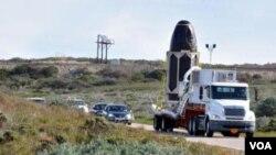 Los ingenieros utilizaron una bolsa para proteger el sensor de aerosoles del Gloria, mientras lo transportaban a la base de lanzamiento.