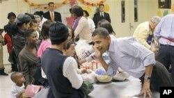 11月24日奥巴马总统到华盛顿一家食品店帮助发放食品