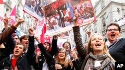 사회당의 프랑스와 올랑드 후보의 당선이 확정된 뒤 기뻐하는 지지자들