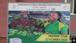 Un panneau géant annonçant le premier tour de la présidentielle, Lomé, 10 février 2020. (VOA/Kayi Lawson)