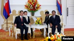 Chinese Foreign Minister Wang Yi (L) meets with Cambodia's Prime Minister Hun Sen in Phnom Penh August 21, 2013.