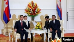 中國外長王毅(左)8月21日在金邊會見柬埔寨首相洪森。