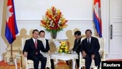 中国外长王毅(左)8月21日在金边会见柬埔寨首相洪森。