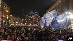 ປະຊາຊົນຣັດເຊຍໄປໂຮມຊຸມນຸມກັນ ທີ່ກຸງ Moscow ສະແດງຄວາມສະໜັບສະໜຸນ ຕໍ່ທ່ານ Vladimir Putin ທີ່ໄດ້ຮັບໄຊຊະນະໃນການເລືອກຕັ້ງ ເປັນປະທານາທິບໍດີສະໄໝທີສາມ, ຄືນວັນອາທິດ ທີ 4 ມີນາ 2012. (AP Photo/Ivan Sekretarev)