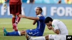 烏拉圭球員蘇亞雷斯 (右)與意大利防守隊員齊埃利尼 (左)相互推擠後倒地