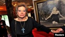 """Aktris Anita Ekberg tiba di Stockholm pada 2010 untuk memperingati 50 tahun penampilannya dengan Marcello Mastroianni di air mancur Trevi dalam film """"La Dolce Vita"""" karya Federico Fellini."""