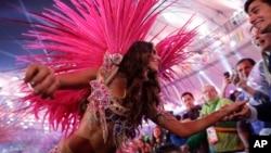 星期天,南美洲首屆奧運會經過16天的比賽終於落下帷幕。圖為閉幕式中一個表演節目。