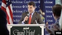 El gobernador de Texas, Rick Perry, ha caído al tercer lugar en algunas encuestas, y su campaña ha lanzado ataques directos contra Mitt Romney.