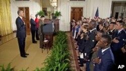 El presidente Barack Obama saluda a un grupo de 25 soldados que fueron naturalizados en una ceremonia realizada este miércoles en la Casa Blanca.