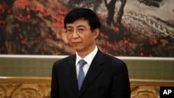 中共十九届政治局常委王沪宁在人民大会堂的媒体见面会上。(2017年12月25日)