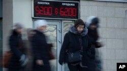 Bảng điện tử cho thấy tỉ giá đồng đôla Mỹ và đồng rúp của Nga, trong thành phố St. Pitersburg, Nga, 29/12/14